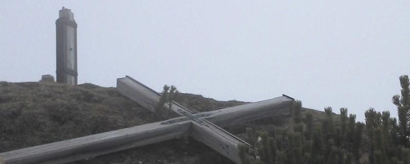Das umgesägte Gipfelkreuz, © Foto: Polizei