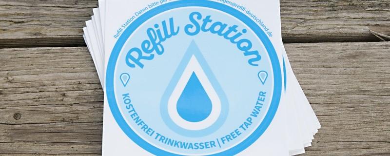 Seht ihr diesen Sticker an der Scheibe eines Ladengeschäfts, so steht dort eine Refillstation., © Seht ihr diesen Sticker an der Scheibe eines Ladengeschäfts, so steht dort eine Refillstation. Foto: Refill Deutschland
