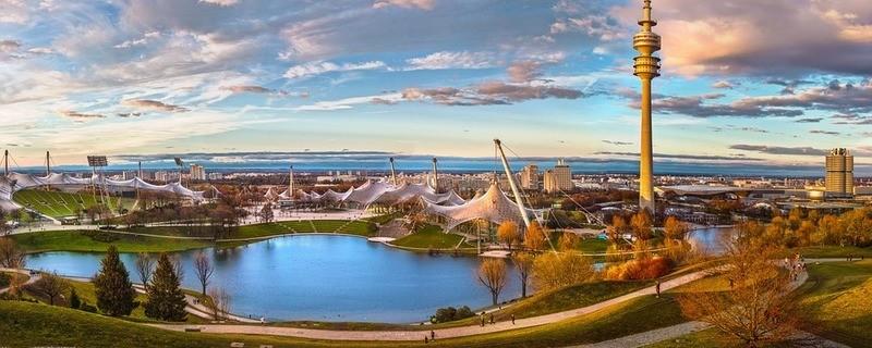 Der Münchner Olympiapark im Herbst
