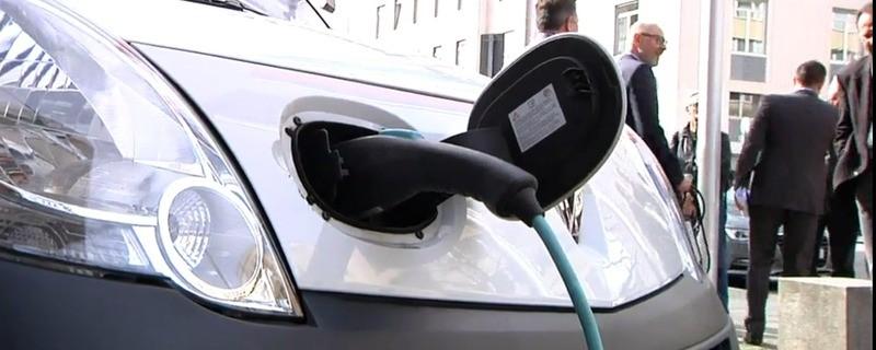 Ein Elektroauto hängt an einer Ladestation