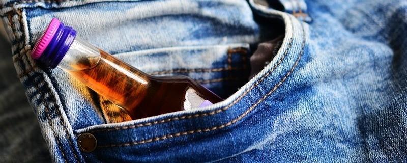Alkohol in der Tasche eines Jugendlichen, © Symbolfoto