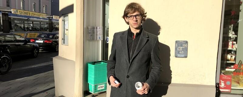 Der Cannabis-Patient Christoph N. mit einer Dose medizinischem Hanf, © Sein Joint wurde unrechtmäßig zerstört. Das Geld bekam er nun zurück.