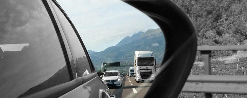 Abstand Auto im Rückspiegel, © Symbolfoto