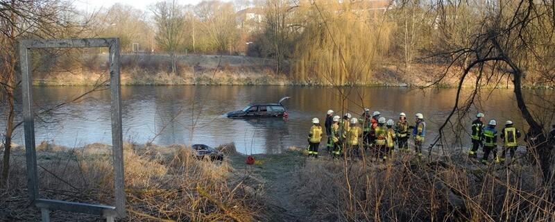 © Der Mercedes musste aus der Isar geborgen werden - Foto: Feuerwehr Freising