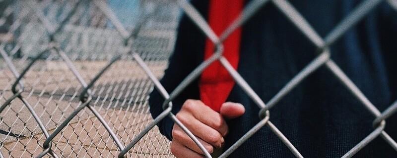 Schüler mit Rucksack auf Pausenhof, © Symbolfoto