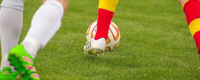 Fußballspieler auf dem Rasen, © Symbolfoto