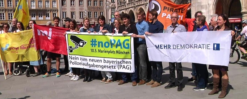 Gegner des neuen bayerischen Polizeiaufgabengesetzes bei Demo in München