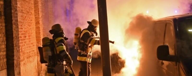 Brennendes Auto in der Pestalozzistrasse in München, © Foto: Berufsfeuerwehr München