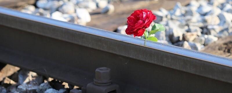 Blumen an Unfallstelle nach Bahnunfall, © Symbolfoto