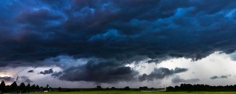 Unwetter mit dunklen Wolken und Regenfällen, © Symbolfoto