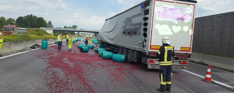 Nach dem Unfall war die Autobahn voller Kirschen, © Foto: Freiwillige Feuerwehr Geiselbullach