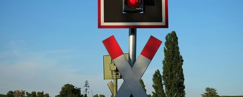 Andreaskreuz an einem Bahnübergang, © Symbolfoto
