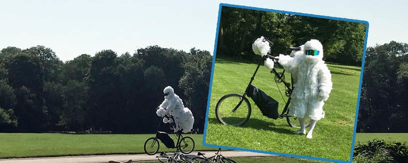 Der Wolkenradler im Englischen Garten will mit seiner Kunst- und Verkleidungsaktion auf die Luftverschmutzung aufmerksam machen.
