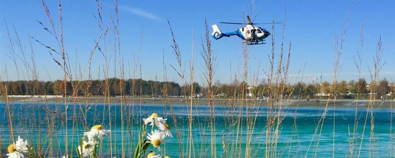 Ein Hubschrauber landet an einem Badesee, wegen eines Badeunfalls, © Symbolfoto