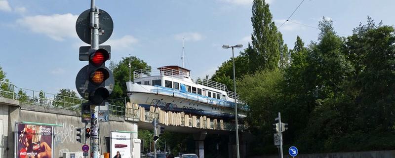 Die MS Utting, die mittlerweile auf einer Brücke in München steht