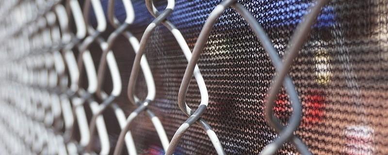 Ein Zaun um ein Ankerzentrum in Bayern, © Symbolfoto