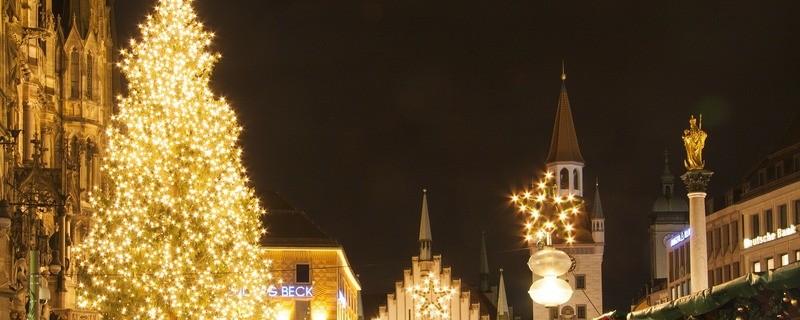 © Wer auf Glühwein und Bratwürste vom Münchner Weihnachtsmarkt verzichten kann, muss jetzt die Reise in die Ferne organisieren.