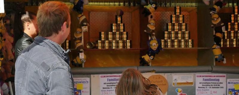 Oktoberfest-Bude Dosenwerfen auf der Wiesn