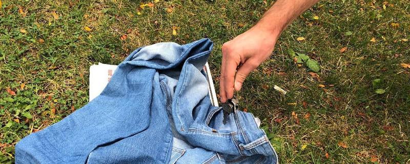 Hier wird ein Schlüssel aus einer Hosentasche am Badestrand gestohlen, © Symbolfoto