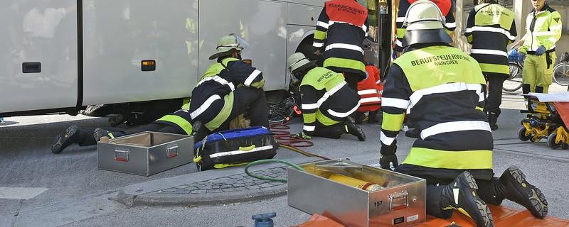 Hier wurde am Königsplatz ein Radfahrer untert einem Bus eingeklemmt, © Foto: Berufsfeuerwehr München