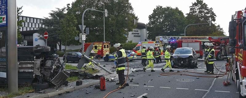 Schwerer Verkehrsunfall am Georg-Brauchle-Ring mit zwei verletzten Personen in München Moosach., © Foto der Berufsfeuerwehr München
