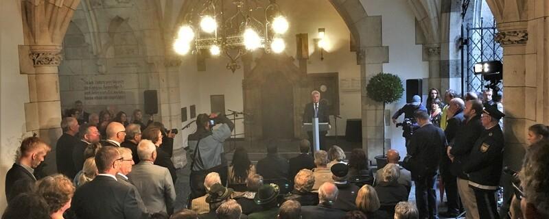 Dieter Reiter hält Ansprache zu der Gedenktafel