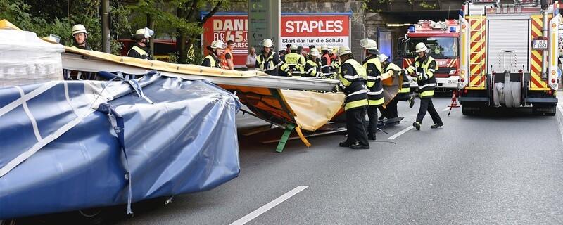 Unfall in der Rosenheimer Straße: Sattelzug knallt gegen Unterführung, © Foto der Berufsfeuerwehr München
