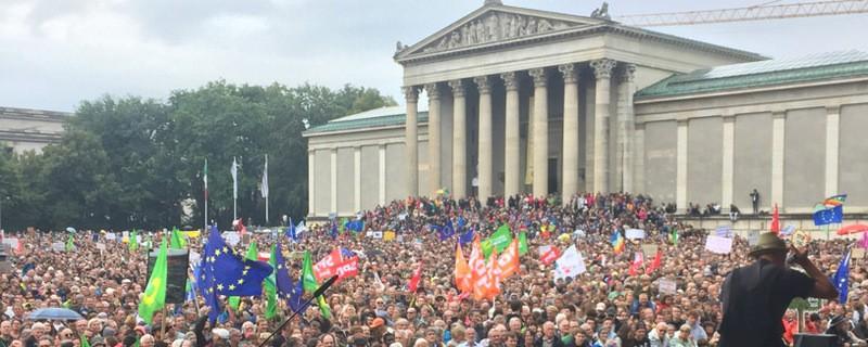 """Blick auf Menschenmenge, © Demo """"ausgehetzt"""" am Königsplatz in München"""