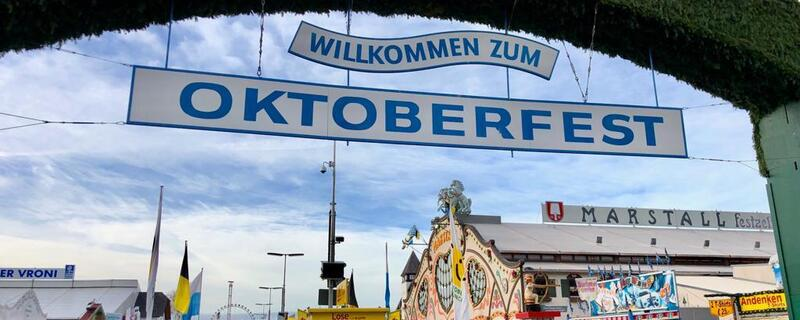 Eingang mit Schild -Willkommen zum Oktoberfest 2018.
