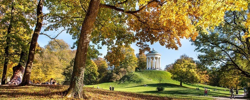 München im goldenen Herbst: Der Monopteros im Englischen Garten