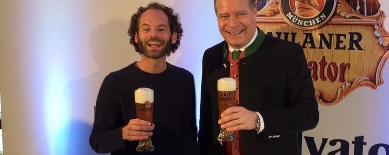 Maxi Schafroth und paulaner-Chef freuen sich mit einem Bier in der Hand über die Wahl zum Fastenredner