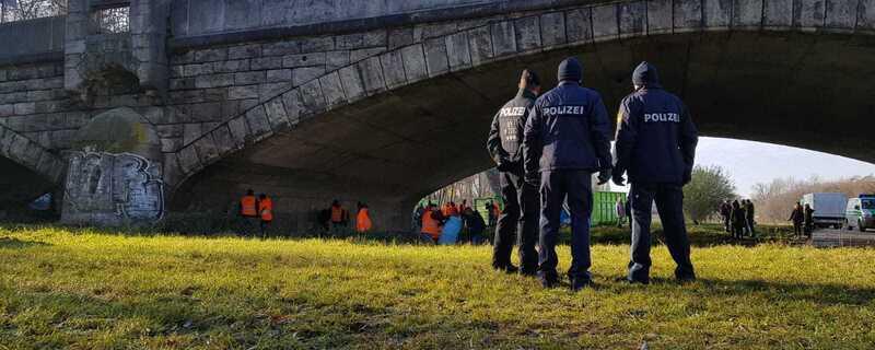 Das Münchner Sozialreferat räumt ein Obdachlosenlager unter einer Münchner Brücke