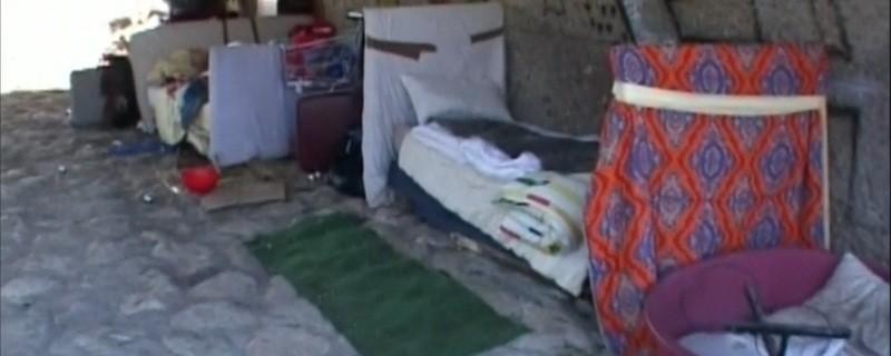 Die Behausung einiger Obdachloser unter einer Brücke in München