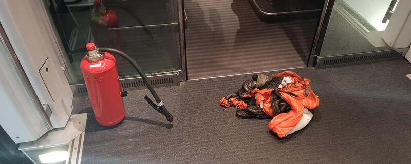 Verbrannte Jacke auf dem Boden des ICEs, © Foto der Bundespolizei