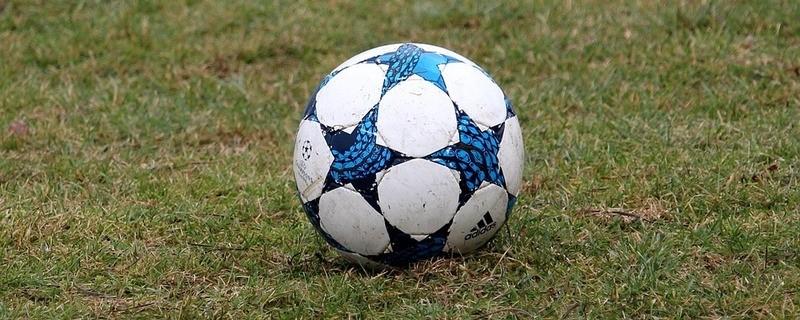 Fussball auf dem Rasen, © Symbolbild