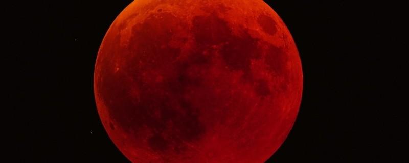 Ein leuchtender roter Mond am Himmel bei einer totalen Mondfinsterniss, © Bernhard Thaler / Felix Köckert - www.beobachtergruppe.de