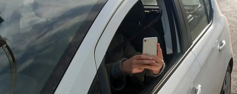 Hier macht jemand aus dem Auto heraus Aufnahmen mit seinem Smartphone, © Symbolfoto
