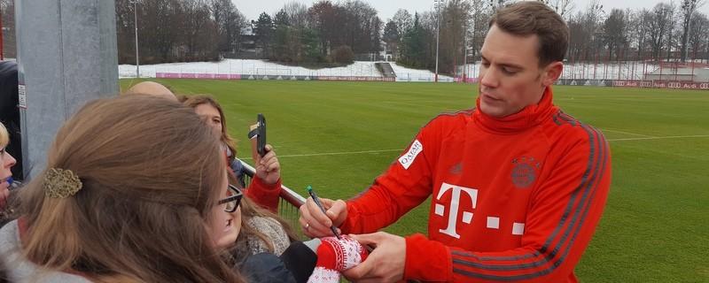 Manuel Neuer gibt Autogramme