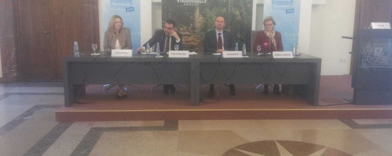 Bayerns Wirtschafts- und Tourismusminister Hubert Aiwanger verkündet Rekordzahlen