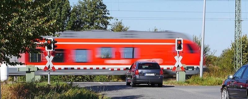 Bahnübergang mit Autos, © Symbolbild