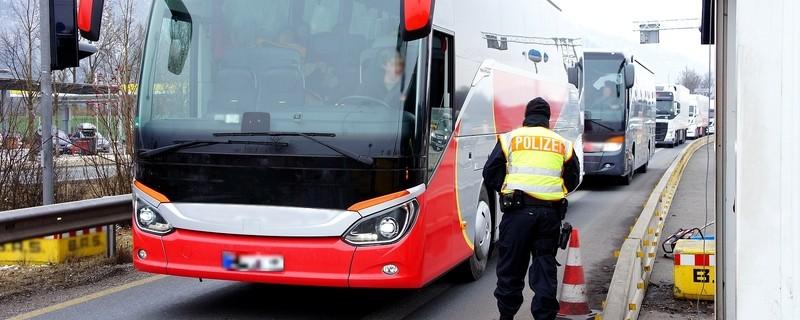 Ein Beamter der Bundespolizei Rosenheim bei der Kontrolle eines Reisebusses, © Bundespolizei