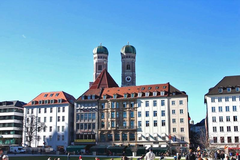 marienhof mit frauenkirchtürmen
