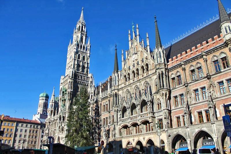 Neues Rathaus am amrienplatz mit frauenkirchentürmen im hintergrund