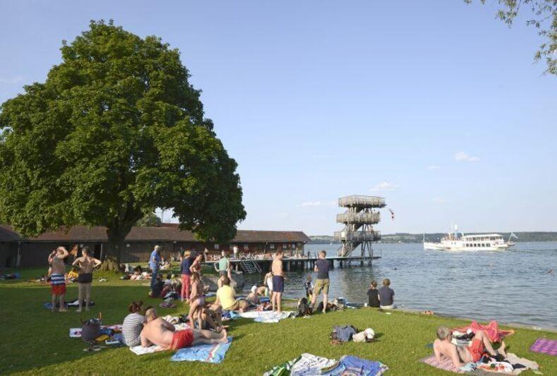 Am Uttinger Strandbad gibt es einen 10 Meter hohen Sprungturm, © Strandbad Utting