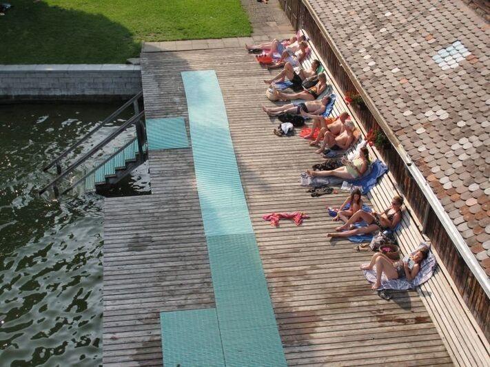 Man kann im Uttinger Strandbad auch auf der Holzplattform entspannen., © Strandbad Utting
