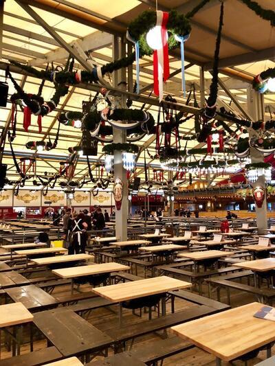 Letzte Vorbereitungen im Hofbraeu-Festzelt vor dem Einlass