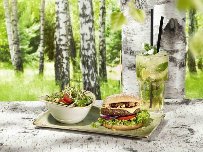 Hans im Glück, Burger, Salat, Cocktail, © Hans im Glück