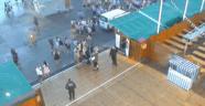 Erste Gruppen warten vor den Bierzelten - Oktoberfest 2015, © Aufnahme der Wiese-Webcam um 7 Uhr