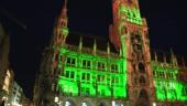 Das Münchner Rathaus erstrahlt beim Greening am St. Patrick's Day in Grün