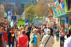 Menschenmenge auf dem Frühlingsfest, © Auch auf der Mini-Wiesn ist einiges los